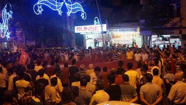 Darbe girişimine karşı Gölbaşı halkı sokaktaydı