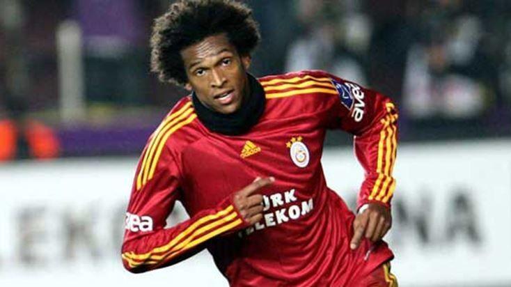Galatasaray'ın eski yıldızı rakibini fena avladı!