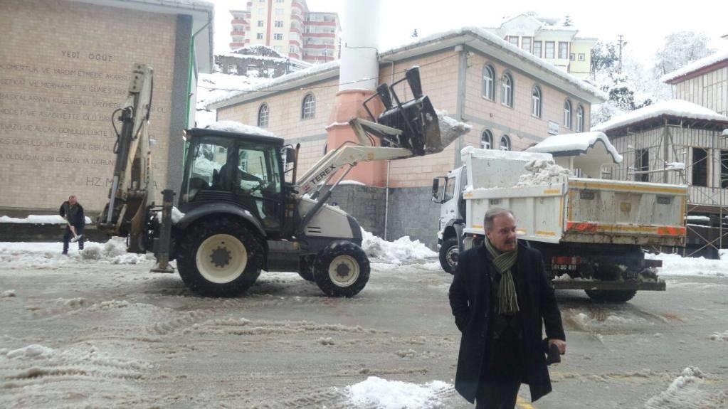 Sürmene'de karla mücadele devam ediyor