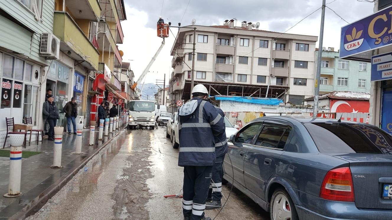 Merkez Haberleri: Rüzgarda çatıdan düşen kaplamalar, elektrik tellerini kopardı 50