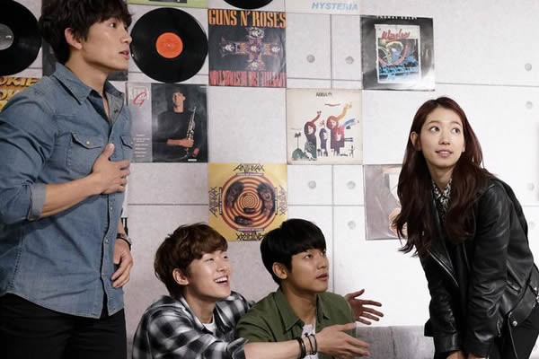 """Park Shin-Hye'nin, """"Entertainer"""" Dizisinden Kamera Arkası Görüntüleri Yayınlandı [Fotoğraf]"""