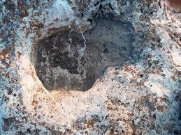 Kayanın altındaki oyuk nedir