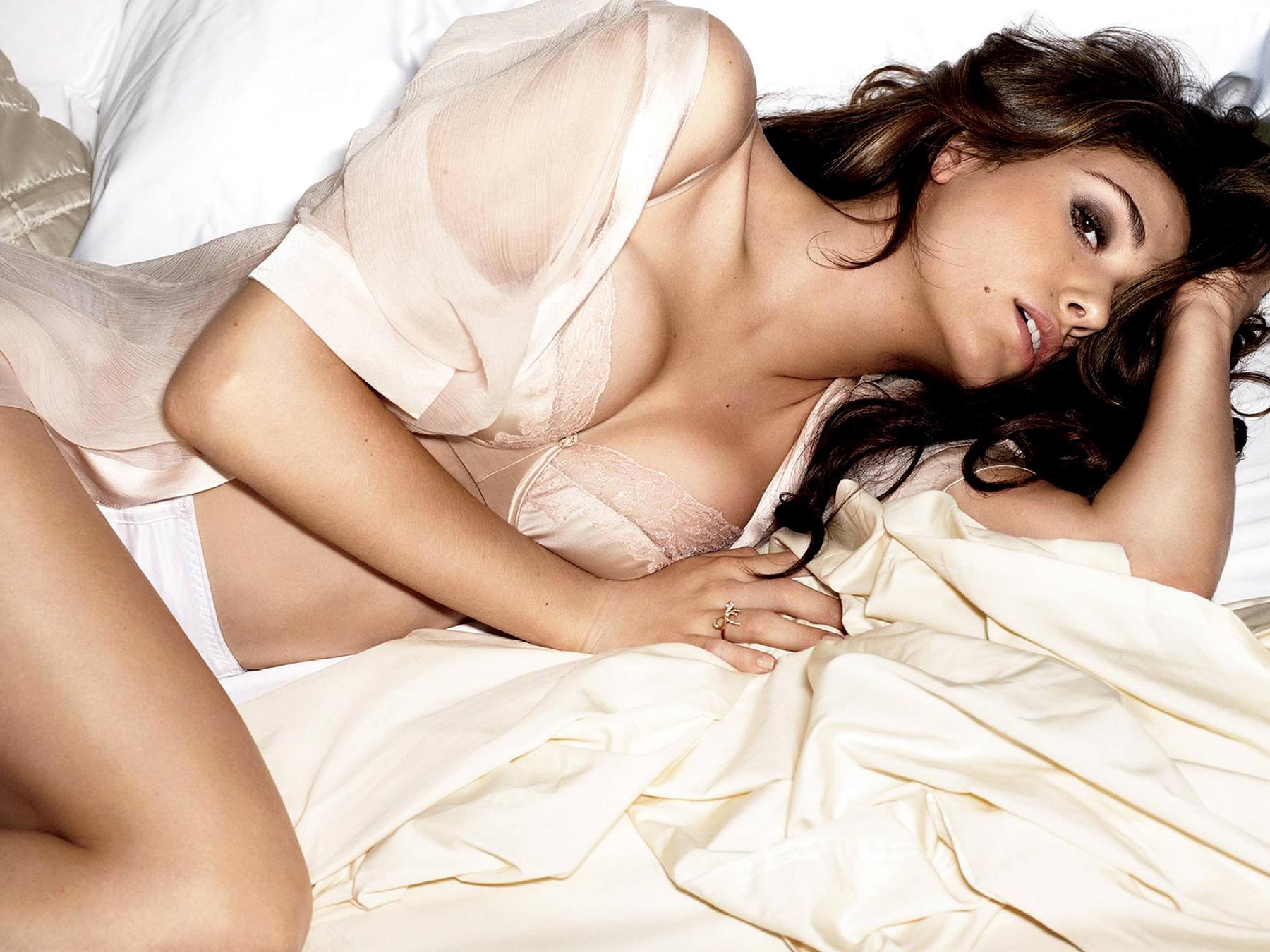 Сексуальные девушки в кровати 6 фотография
