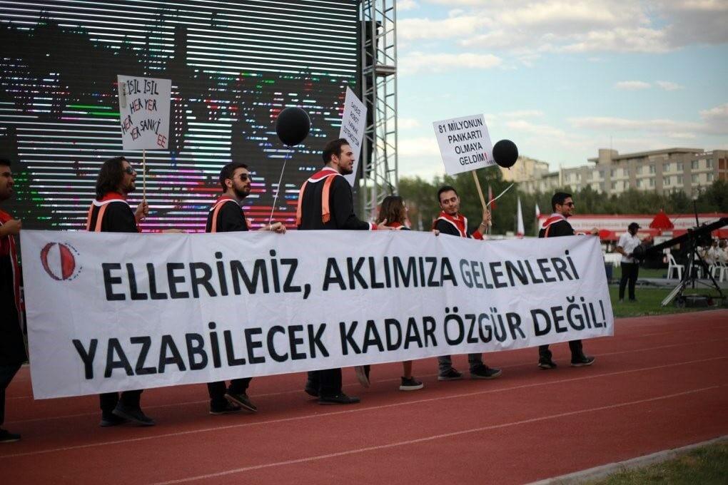ELLERİMİZ, AKLIMIZA GELENLERİ YAZABİLECEK KADAR ÖZGÜR DEĞİL! pankartı