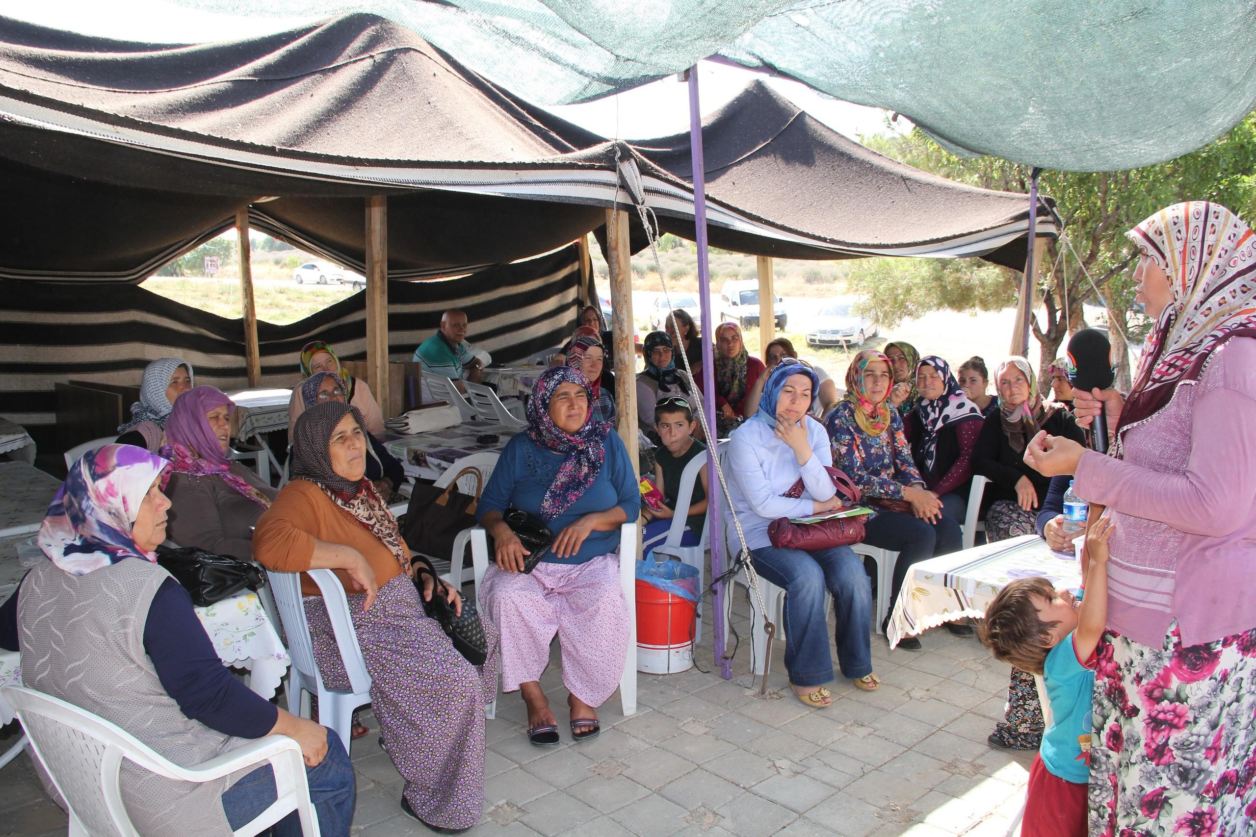 AVM'de gezen kadınlar dikkat