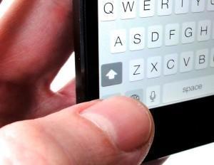 """""""CAPS LOCK"""" özelliğinden faydalanmak için Shift yani klavyenin sol kısmında yer alan yukarı ok butonuna çift tıklamanız yeterli."""