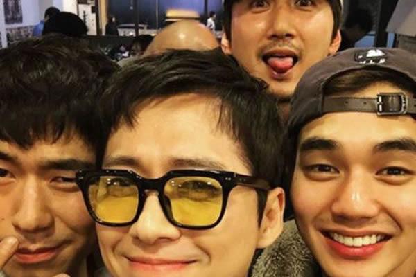 """Nam Goong-Min, Final Yapan """"Remember """" Dizisindeki Oyuncu Arkadaşlarının Bulunduğu Bir Selfi Paylaştı"""