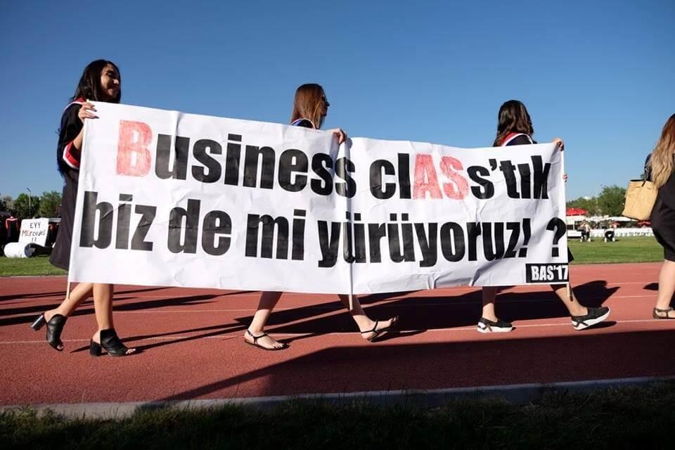 Business clASs'tık, biz de mi yürüyoruz! - BAS17 pankartı
