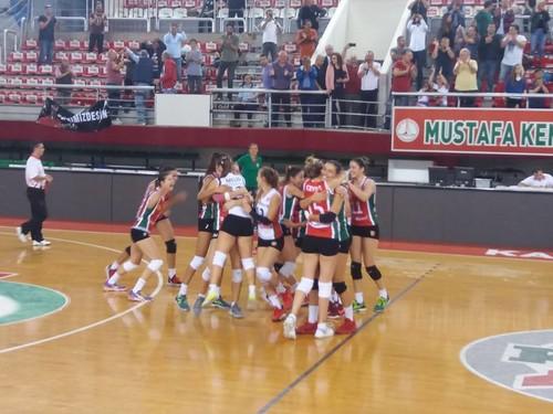 Karşıyaka 0-2 geriye düştüğü maçta grubun iddialı ekiplerinden Sarıyer'i 3 - 2 mağlup etti.