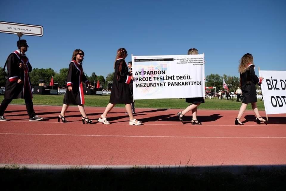 Ay pardon proje teslimi değil, mezuniyet pankartıydı! pankartı