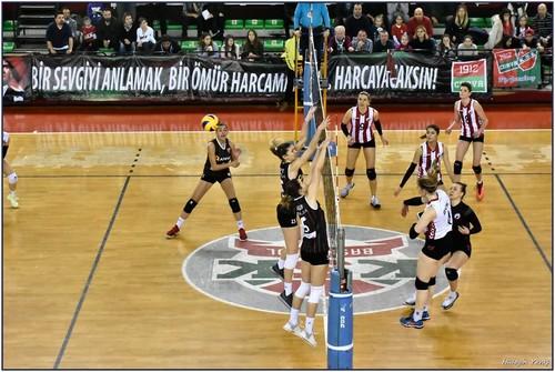 Kadınlar Voleybol Ligi 19.haftasında Karşıyaka Bahçelievler Voleybol'u 3-2 mağlup etti.
