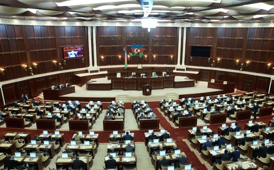 Dərman almağa pul tapmayan qazi və maaşının artırılmasını tələb edən deputatlar