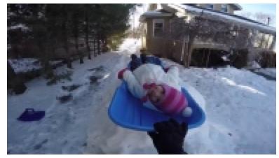 Çocuğuna kayak parkuru yapan baba