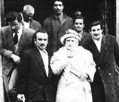 Bediüzzaman ve Nur Talebeleri Ankara Beyrut Palas otelinden çıkarlarken. Zübeyir Gündüzalp (elinde sepet olan)