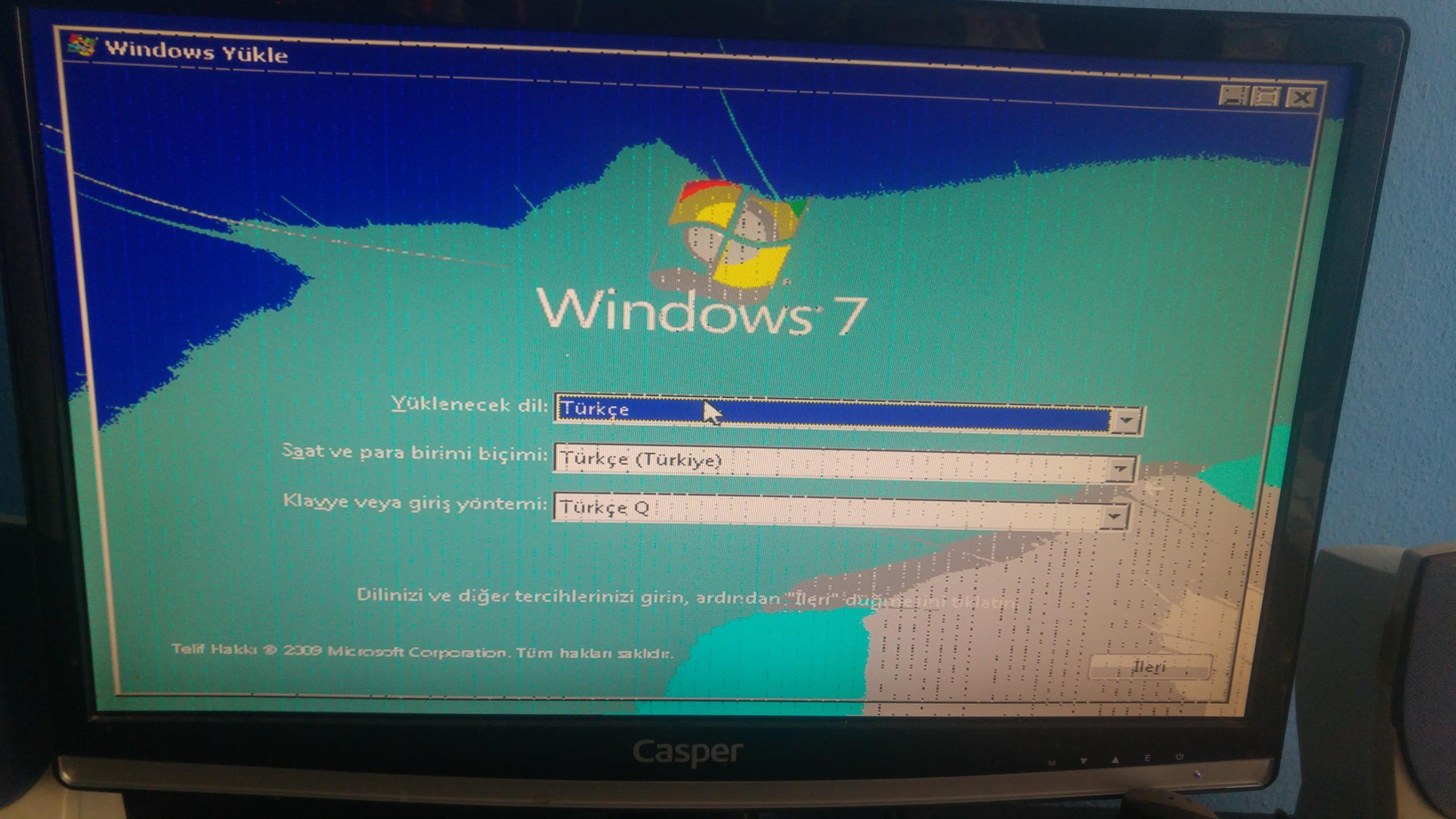 Bilgisayarimi bugun acmak istedigimde boyle renk kaymalariyla karsi karsita kaldim