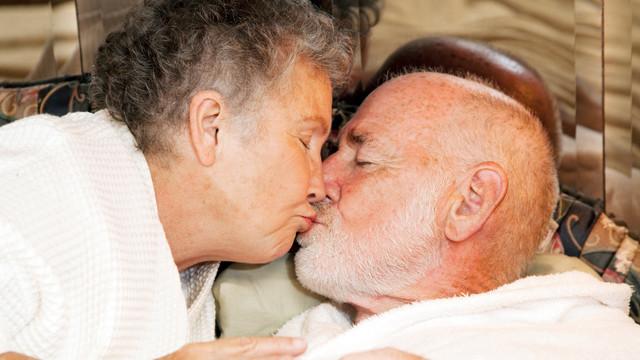 Yaşlılıkta seks kadına iyi geliyor,erkeğe yaramıyor!
