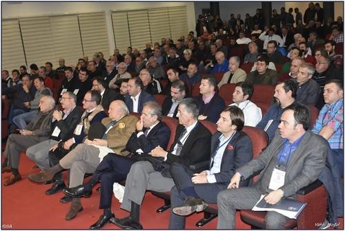 Başkan Mutlu Altuğ ve yönetiminin futbol şubesine yatırım ortağı bulma görüşmelerinden sonuç çıkmayınca istifa ettiği Karşıyaka'da şirketleşme gündemiyle ilgili yapılan ikinci mali genel kurul tartışmalı geçti.