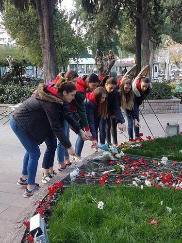 Karşıyakalı voleybolcular Atatürk'ün annesi Zübeyde Hanım'ı ölüm yıl dönümünde unutmadı.