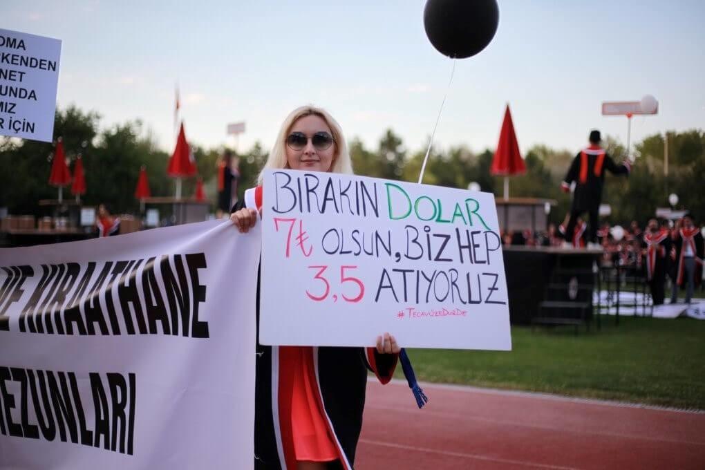Bırakın DOLAR 7 Türk Lirası Olsun, Biz Hep 3.5 Atıyoruz. #TecavüzeDurDe pankartı