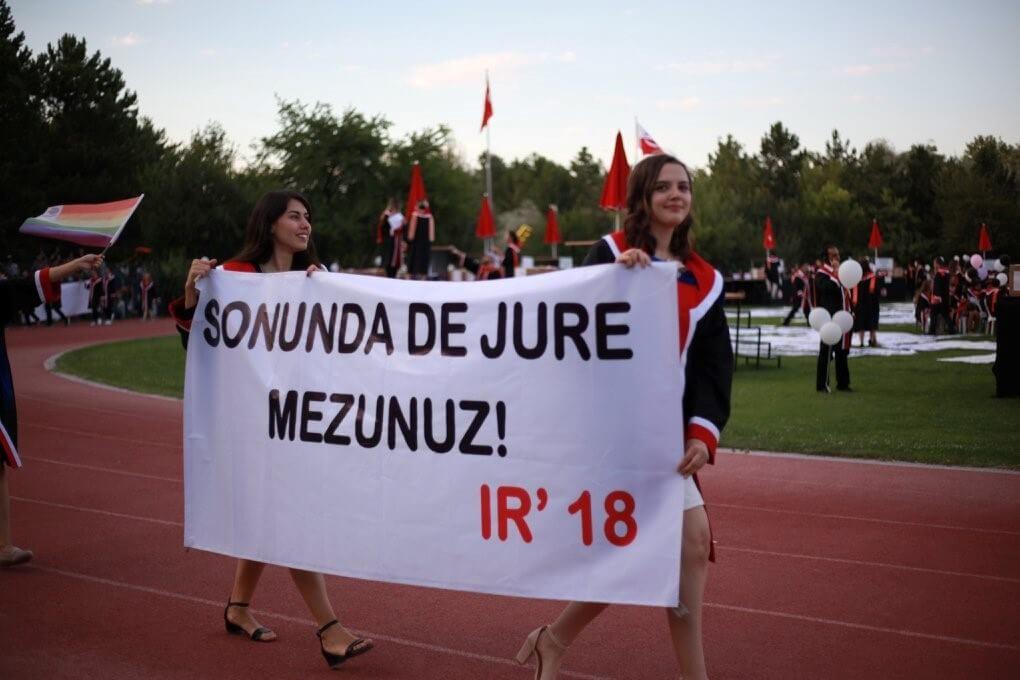 SONUNDA DE JURE MEZUNUZ! pankartı