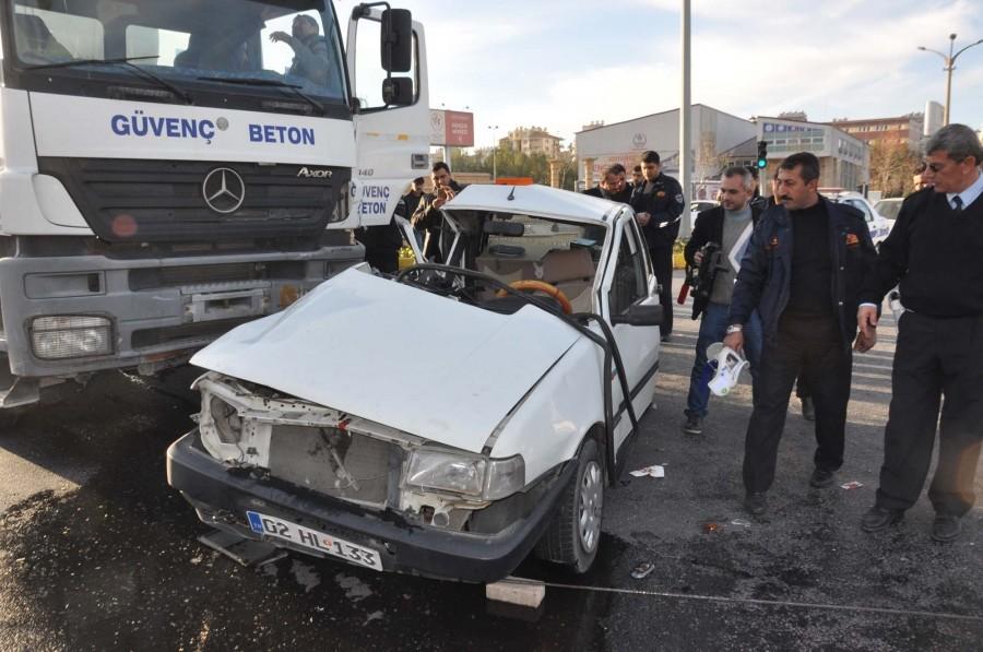 Beton Mikseri İle Otomobil Çarpıştı: 2 Yaralı