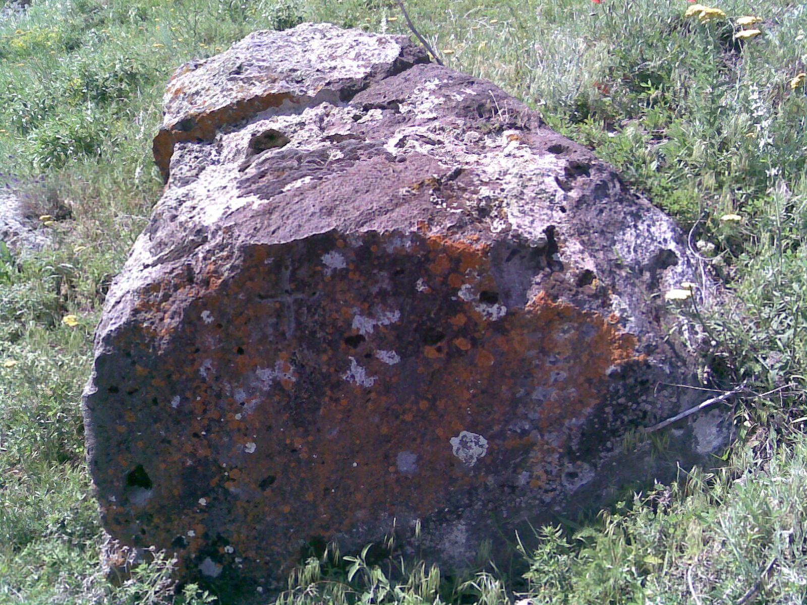 Kaya üstünde sıralı delikler işaretinin