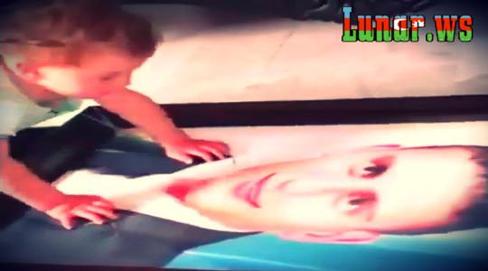 Şehid atasının şekilini görüb ağlayan körpe.  Video