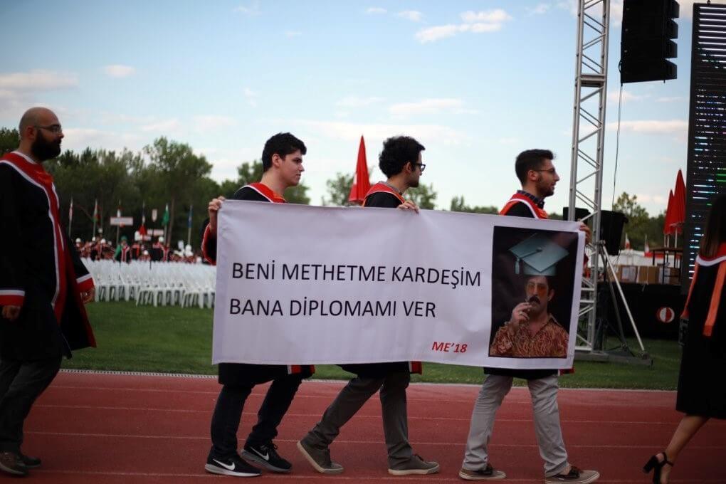 BENİ METHETME KARDEŞİM, BANA DİPLOMAMI VER pankartı