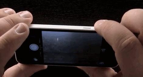 Bunun dışında kamera modundayken iPhone'un ses açma kapama butonlarıyla da fotoğraf makinesi kullanır gibi fotoğraf çekebilirsiniz.