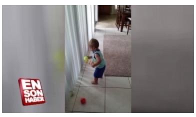 Topları kutuya yerleştirmeye çalışan bebeğin komik anları