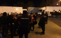 Galatasaraylı taraftarlar dev maçı izlemek için yerlerini aldılar