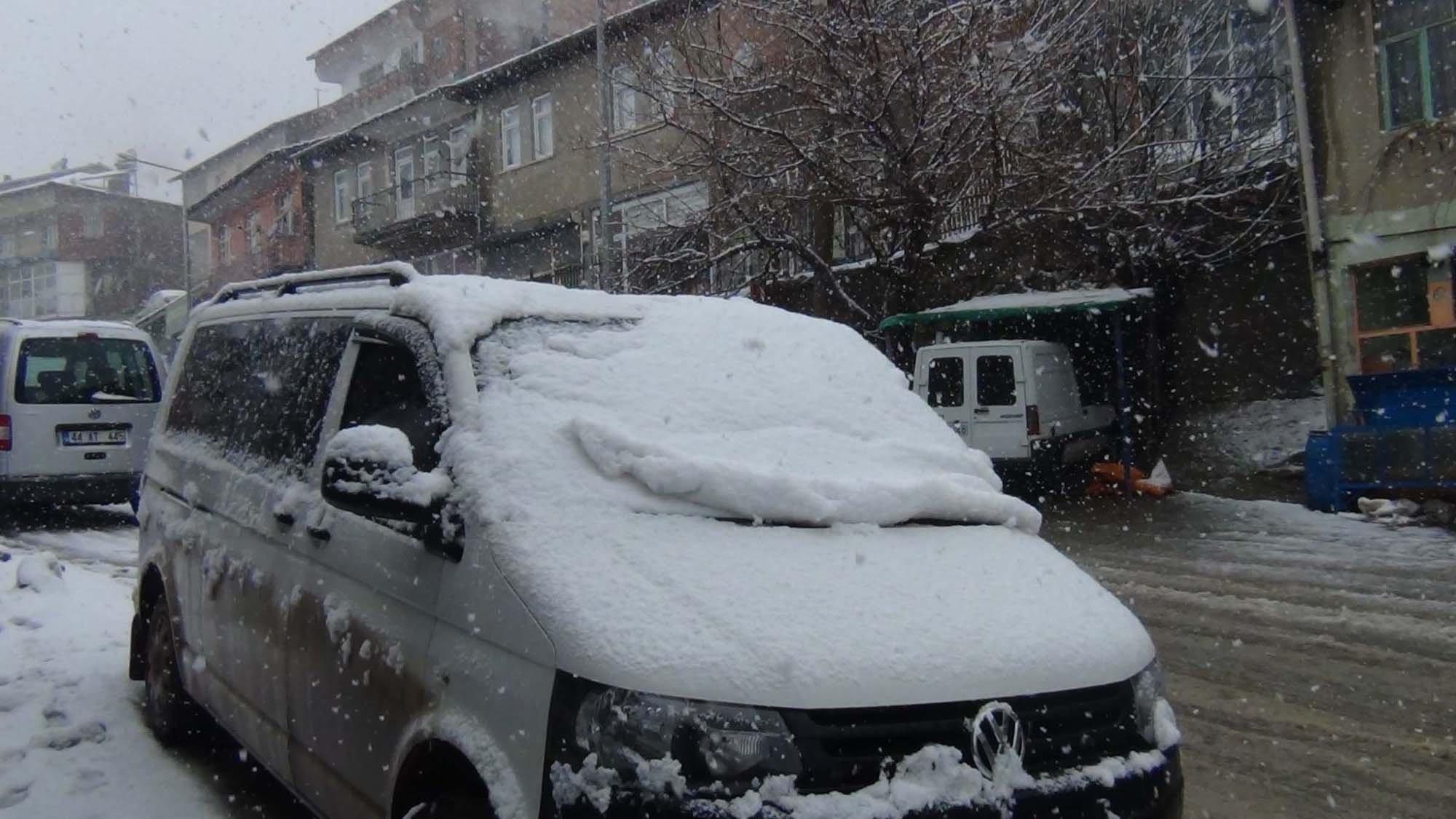 Çelikhan'da Kar Yağışı Hayatı Olumsuz Etkiliyor