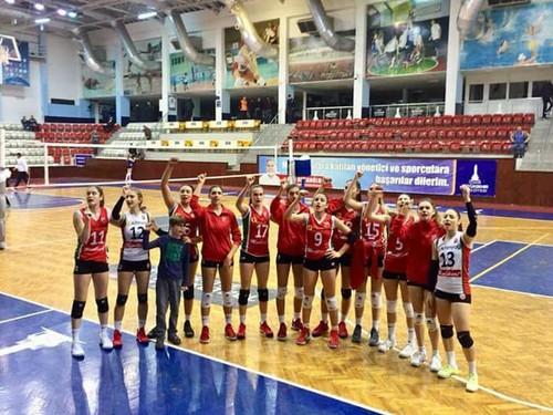 İzmir B.Şehir Bld. ile Karşıyaka'yı karşı karşıya getiren İzmir derbisinin galibi Yeşil - Kırmızılı ekip oldu.