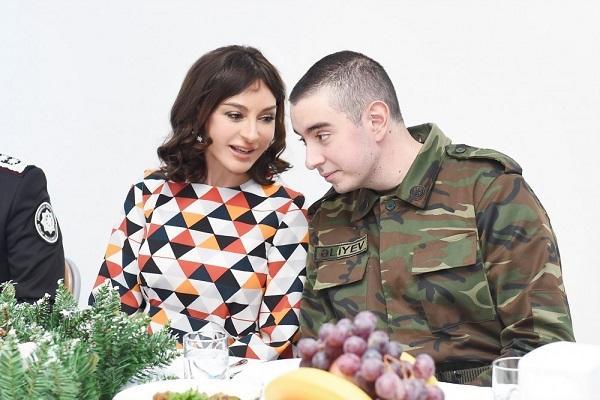 Mehriban Əliyeva hərbi hissədə