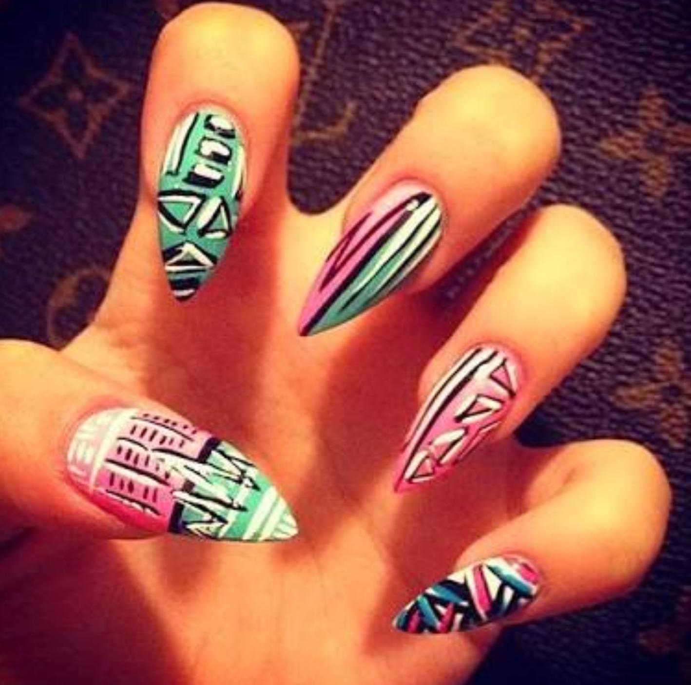 Летний маникюр на острых ногтях