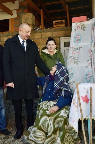 Prezident evi dağılan yaşlı qadının əlini öpdü