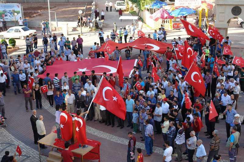 Gölbaşı'nda Bayrak Protestosu