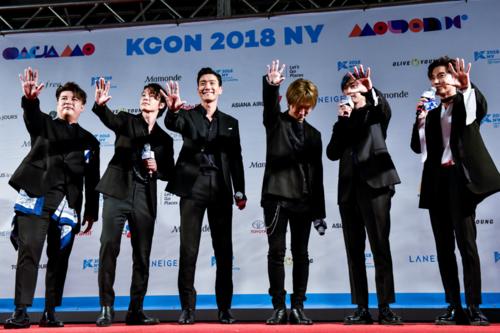 Super Junior ve Leslie Grace KCON 2018 NY'da Birlikte K-pop ve Latin Müziğinin Nasıl Geliştiği Hakkında Konuştular QvPz3Z
