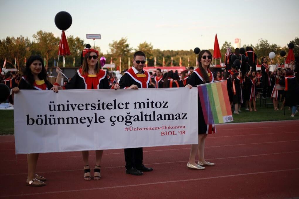 Üniversiteler mitoz bölünmeyle çoğalmaz. #ÜniversitemeDokunma pankartı