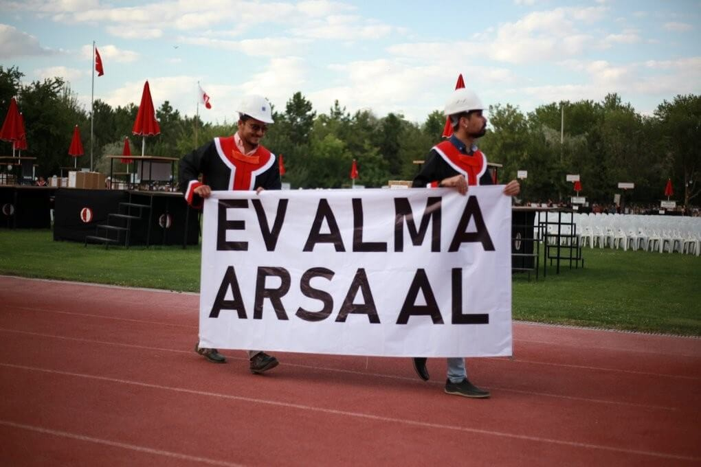 EV ALMA, ARSA AL! pankartı