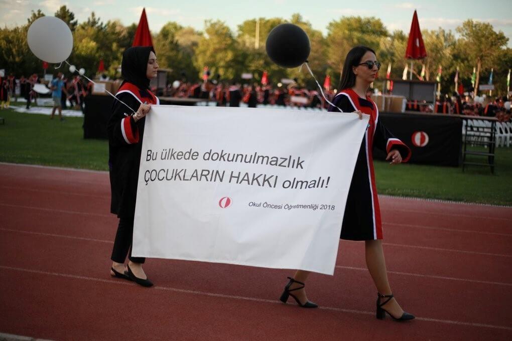 Bu ülkede dokunulmazlık ÇOCUKLARIN HAKKI olmalı! pankartı